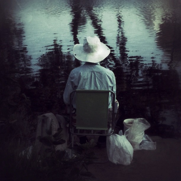 I just adore this fisherman, with his gorgeous hat, wrinkled shirt and nylon bags. The perfect scene...